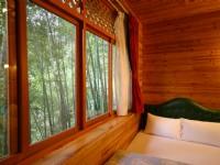 金台灣山莊-家庭式木屋四人房-窗外竹林