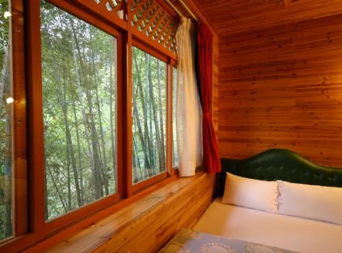 家庭式木屋四人房-窗外竹林