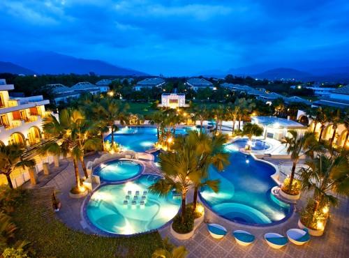 中庭泳池夜景